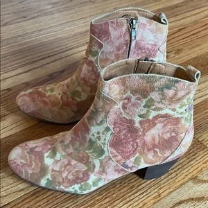Sbicca Multi Suede Floral Print Ankle Boots size 9